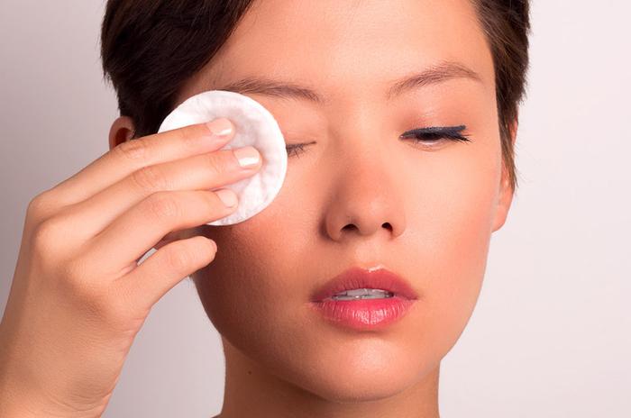 Thắc mắc của chị em: tan làm tẩy trang rửa mặt luôn hay để dành tối