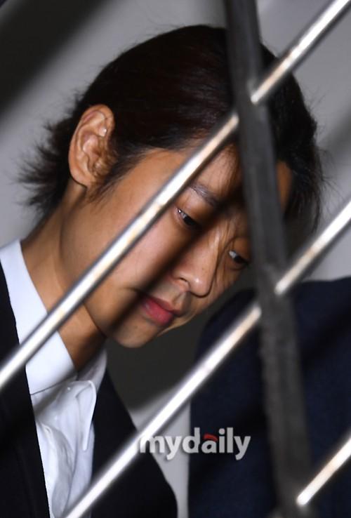 Jung Joon Young trình diện thẩm vấn trước khi bị bắt: Bật khóc nhận tội nhưng lại là cảnh cầm giấy xin lỗi quen thuộc - Ảnh 14.