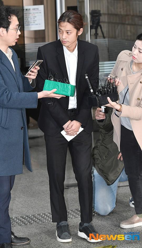 Jung Joon Young trình diện thẩm vấn trước khi bị bắt: Bật khóc nhận tội nhưng lại là cảnh cầm giấy xin lỗi quen thuộc - Ảnh 3.