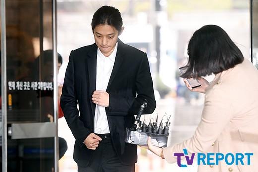 Jung Joon Young trình diện thẩm vấn trước khi bị bắt: Bật khóc nhận tội nhưng lại là cảnh cầm giấy xin lỗi quen thuộc - Ảnh 6.