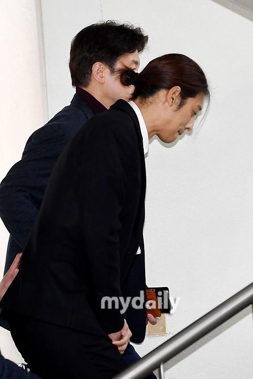 Jung Joon Young trình diện thẩm vấn trước khi bị bắt: Bật khóc nhận tội nhưng lại là cảnh cầm giấy xin lỗi quen thuộc - Ảnh 13.
