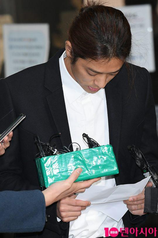 Jung Joon Young trình diện thẩm vấn trước khi bị bắt: Bật khóc nhận tội nhưng lại là cảnh cầm giấy xin lỗi quen thuộc - Ảnh 11.