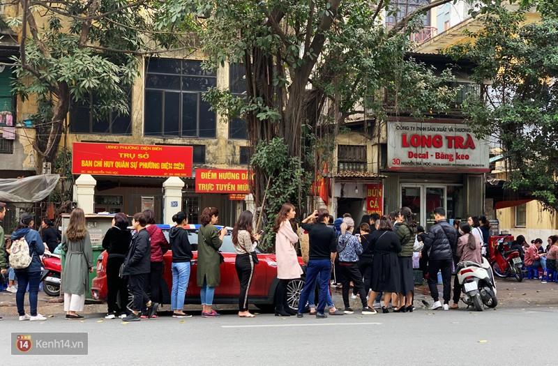 Có đâu như Hà Nội: bún chửi, bún xếp hàng, phở gà giá gấp đôi bình thường... vẫn cứ đông khách - Ảnh 1.