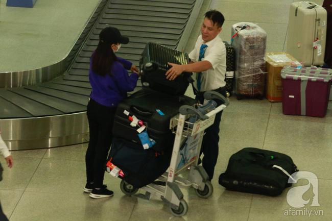 Phạm Quỳnh Anh xuất hiện mệt mỏi, tiều tụy ở sân bay vào đêm khuya vội vã về nhà chăm con sau 20 tiếng trên máy bay  - Ảnh 3.