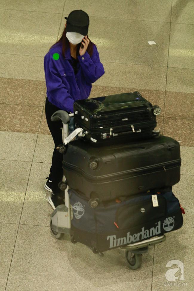 Phạm Quỳnh Anh xuất hiện mệt mỏi, tiều tụy ở sân bay vào đêm khuya vội vã về nhà chăm con sau 20 tiếng trên máy bay  - Ảnh 7.