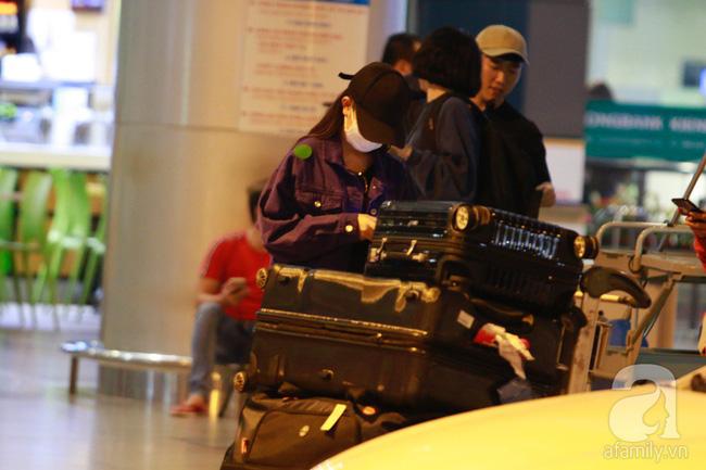 Phạm Quỳnh Anh xuất hiện mệt mỏi, tiều tụy ở sân bay vào đêm khuya vội vã về nhà chăm con sau 20 tiếng trên máy bay  - Ảnh 13.