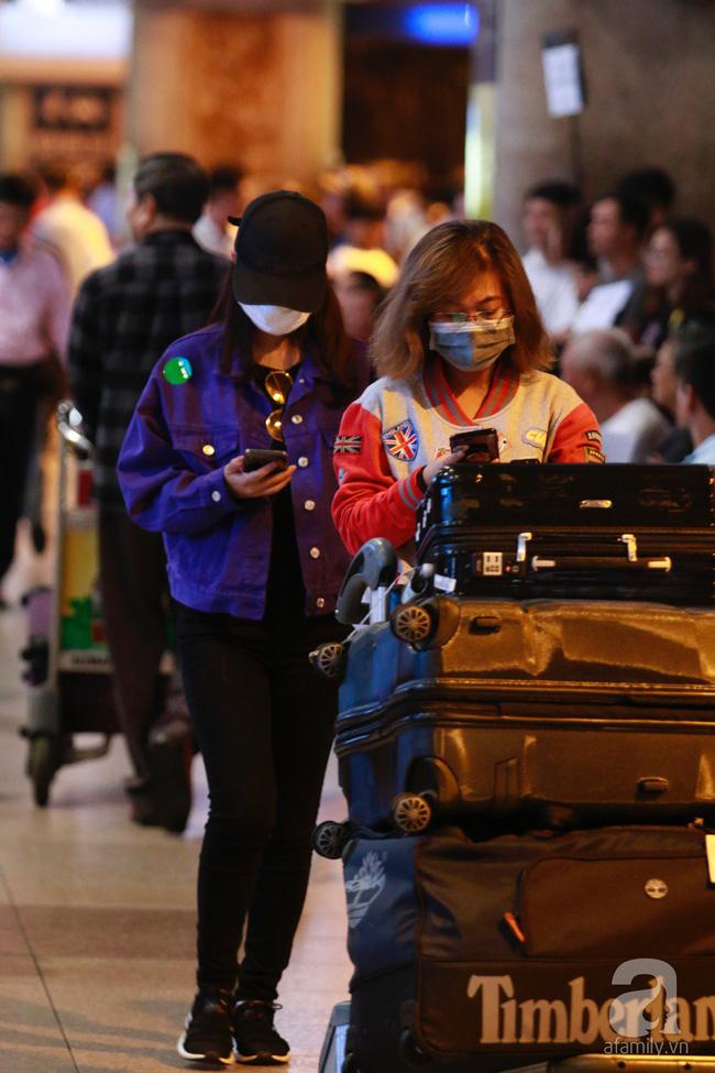 Phạm Quỳnh Anh xuất hiện mệt mỏi, tiều tụy ở sân bay vào đêm khuya vội vã về nhà chăm con sau 20 tiếng trên máy bay  - Ảnh 10.