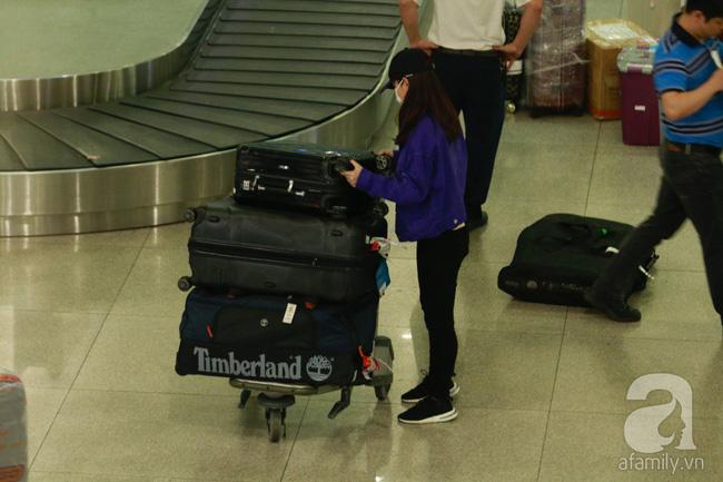 Phạm Quỳnh Anh xuất hiện mệt mỏi, tiều tụy ở sân bay vào đêm khuya vội vã về nhà chăm con sau 20 tiếng trên máy bay  - Ảnh 4.