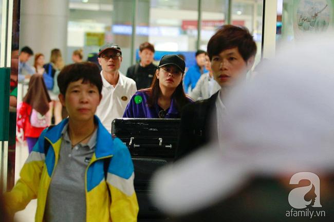 Phạm Quỳnh Anh xuất hiện mệt mỏi, tiều tụy ở sân bay vào đêm khuya vội vã về nhà chăm con sau 20 tiếng trên máy bay  - Ảnh 9.