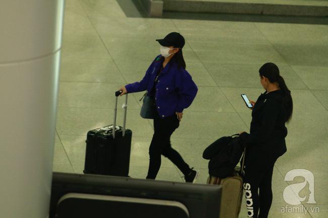 Phạm Quỳnh Anh xuất hiện mệt mỏi, tiều tụy ở sân bay vào đêm khuya vội vã về nhà chăm con sau 20 tiếng trên máy bay  - Ảnh 1.