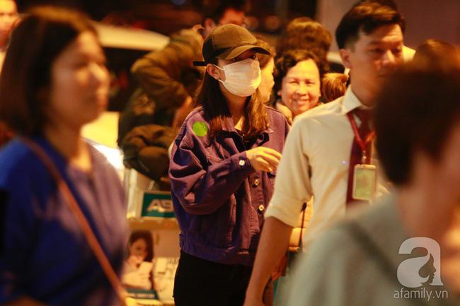 Phạm Quỳnh Anh xuất hiện mệt mỏi, tiều tụy ở sân bay vào đêm khuya vội vã về nhà chăm con sau 20 tiếng trên máy bay  - Ảnh 12.