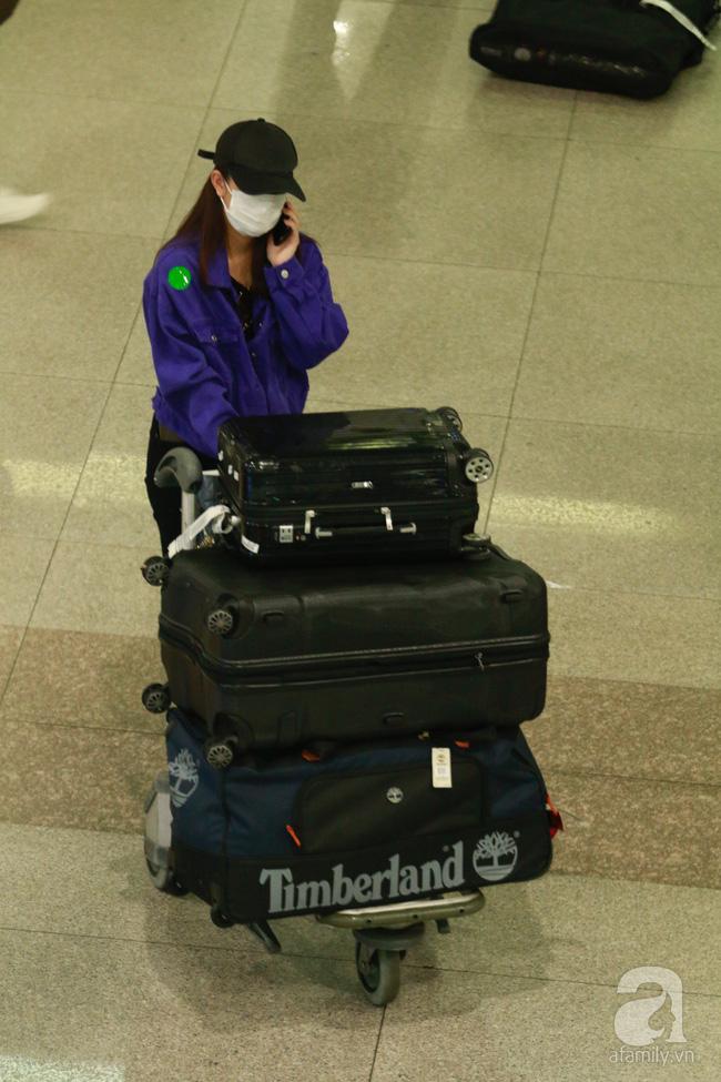Phạm Quỳnh Anh xuất hiện mệt mỏi, tiều tụy ở sân bay vào đêm khuya vội vã về nhà chăm con sau 20 tiếng trên máy bay  - Ảnh 6.