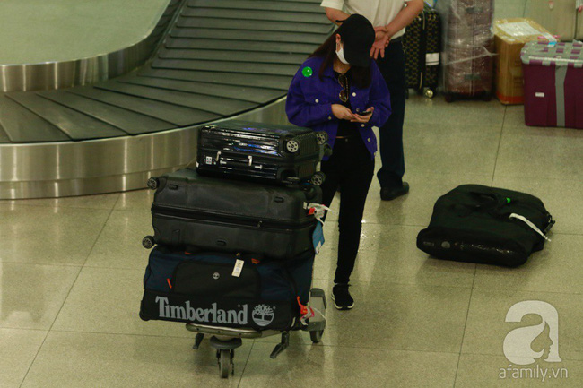 Phạm Quỳnh Anh xuất hiện mệt mỏi, tiều tụy ở sân bay vào đêm khuya vội vã về nhà chăm con sau 20 tiếng trên máy bay  - Ảnh 5.