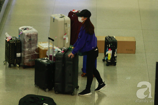 Phạm Quỳnh Anh xuất hiện mệt mỏi, tiều tụy ở sân bay vào đêm khuya vội vã về nhà chăm con sau 20 tiếng trên máy bay  - Ảnh 2.
