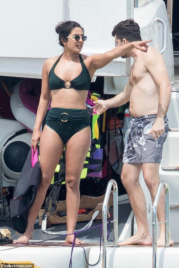 Hoa hậu Priyanka Chopra cùng em dâu tương lai đọ dáng trên du thuyền