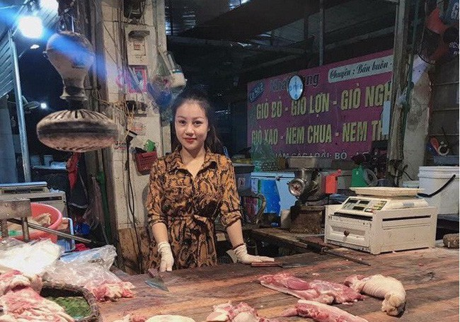 Cô nàng Bắc Ninh bỗng dưng bị chỉ trích làm màu vì trang điểm đậm, mặc váy xòe ngồi bán thịt, sự thật là... - Ảnh 2.