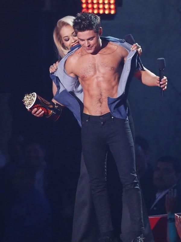 Không hổ là bạn trai tin đồn của Selena, Zac Efron khiến chị em khô máu khi lỡ làm lộ body 6 múi như tượng tạc - Ảnh 5.