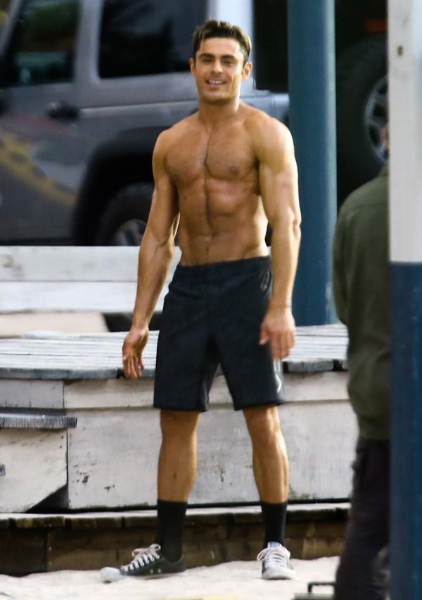 Không hổ là bạn trai tin đồn của Selena, Zac Efron khiến chị em khô máu khi lỡ làm lộ body 6 múi như tượng tạc - Ảnh 4.