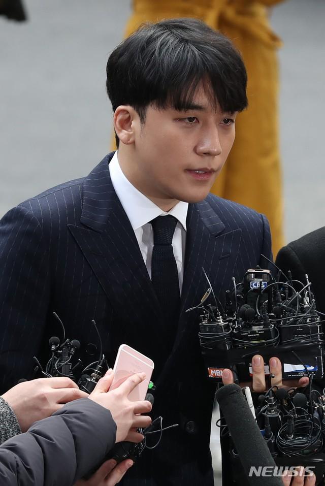 NÓNG: Phát hiện loạt bằng chứng mới, cảnh sát chính thức buộc tội Seungri vì chụp, tung ảnh sex trong chatroom - Ảnh 1.