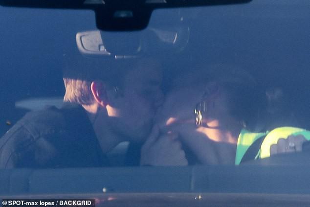 Tình như Justin và Hailey: Chồng công khai hôn mùi mẫn, vợ hí hửng khoe đêm đầu tiên chính thức dọn về tổ ấm - Ảnh 1.