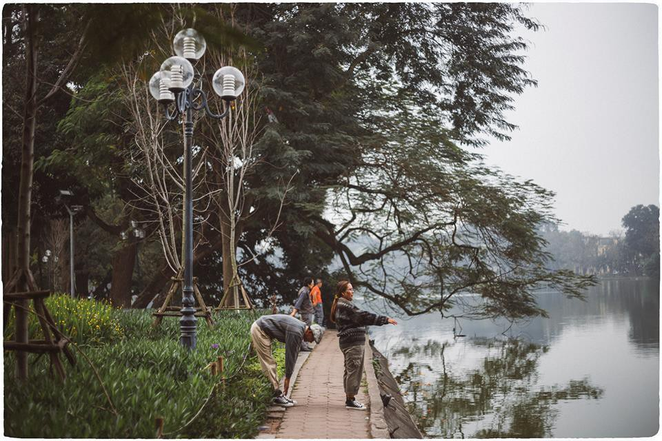 Đôi vợ chồng già lần đầu du lịch Hà Nội: Chịu khó diễn sâu đến nỗi giới trẻ chạy dài mới theo kịp! - Ảnh 5.