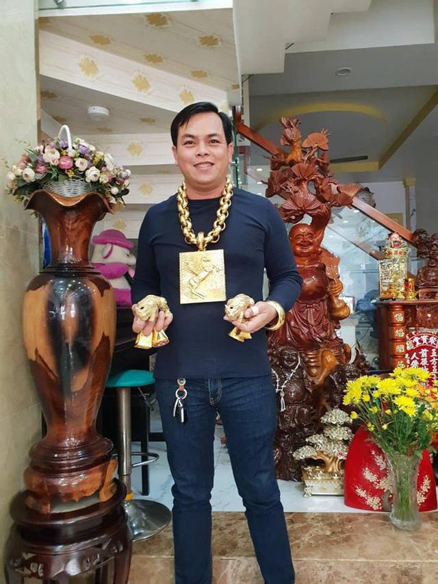 Những cuộc chơi lớn của Phúc XO – người đeo nhiều vàng nhất Việt Nam vừa bị công an bắt: Cõng 13 kg đi cổ vũ bóng đá, đội mũ vàng đính kim cương… - Ảnh 5.