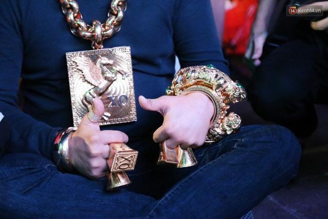 Những cuộc chơi lớn của Phúc XO – người đeo nhiều vàng nhất Việt Nam vừa bị công an bắt: Cõng 13 kg đi cổ vũ bóng đá, đội mũ vàng đính kim cương… - Ảnh 4.