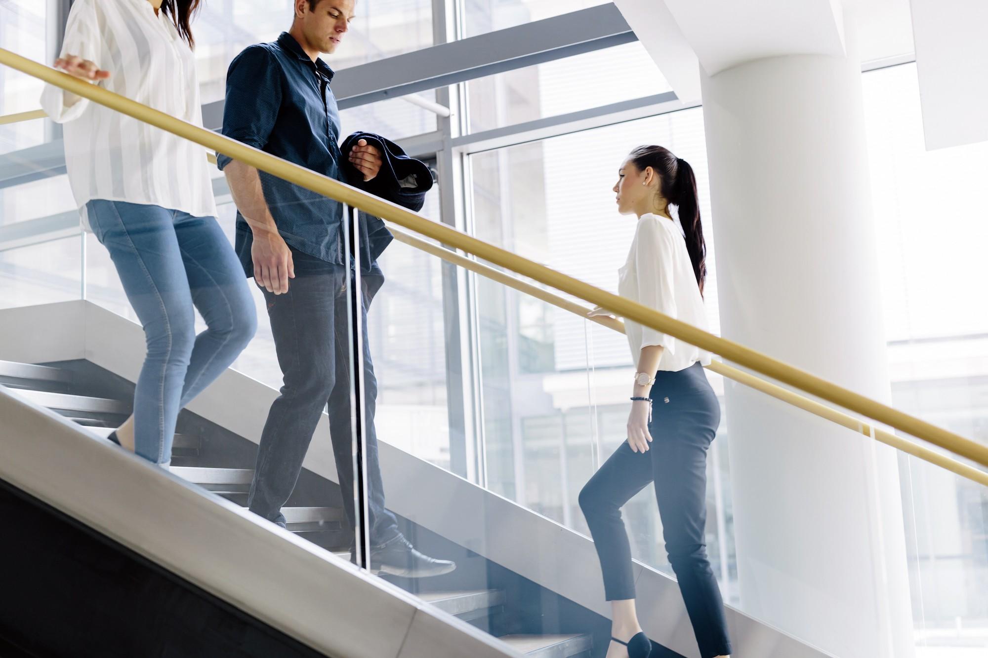 Đi làm cả ngày không có thời gian thì hãy làm những điều này thay cho tập thể dục - Ảnh 1.