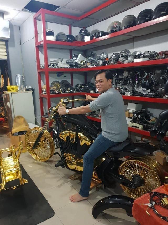Những cuộc chơi lớn của Phúc XO – người đeo nhiều vàng nhất Việt Nam vừa bị công an bắt: Cõng 13 kg đi cổ vũ bóng đá, đội mũ vàng đính kim cương… - Ảnh 6.