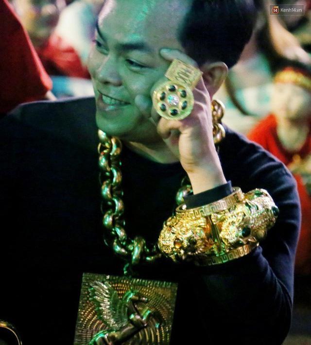 Những cuộc chơi lớn của Phúc XO – người đeo nhiều vàng nhất Việt Nam vừa bị công an bắt: Cõng 13 kg đi cổ vũ bóng đá, đội mũ vàng đính kim cương… - Ảnh 3.