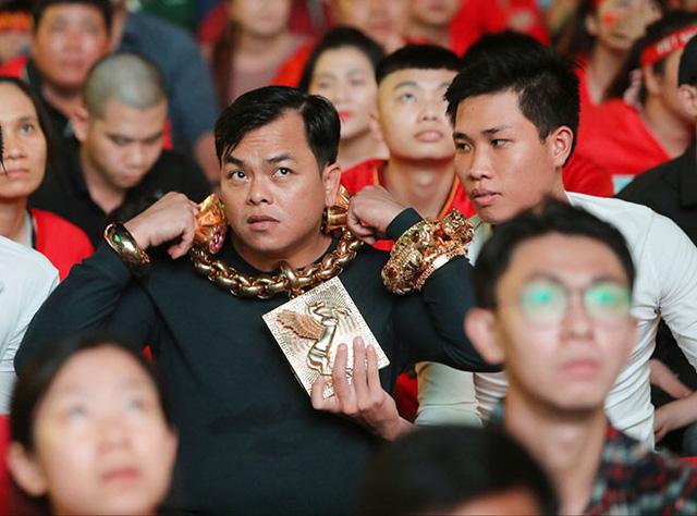 Những cuộc chơi lớn của Phúc XO – người đeo nhiều vàng nhất Việt Nam vừa bị công an bắt: Cõng 13 kg đi cổ vũ bóng đá, đội mũ vàng đính kim cương… - Ảnh 1.