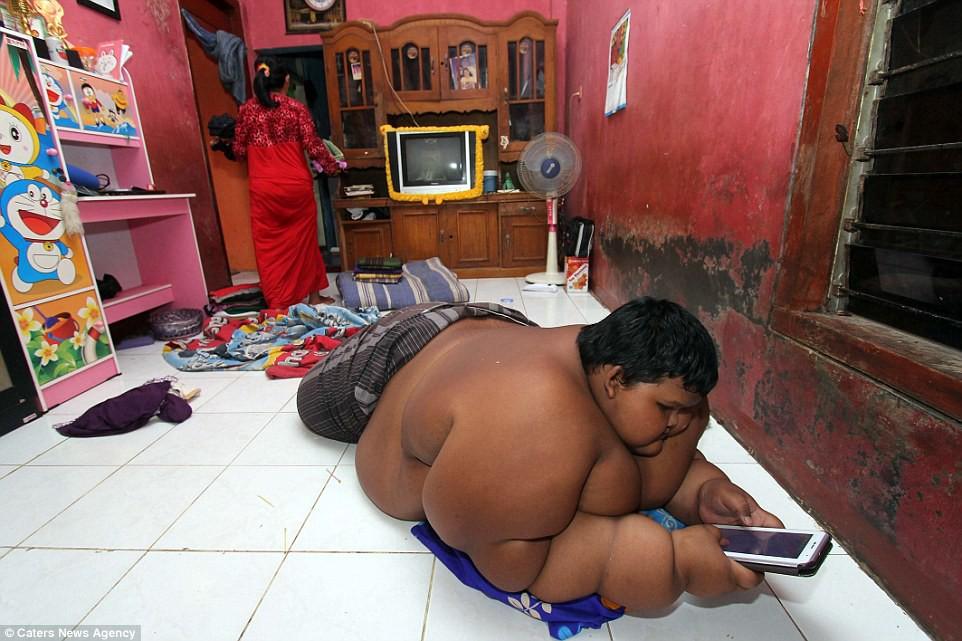 Giảm hơn một nửa trọng lượng cơ thể, cậu bé từng nặng nhất thế giới gây sốc với ngoại hình hiện tại - Ảnh 3.