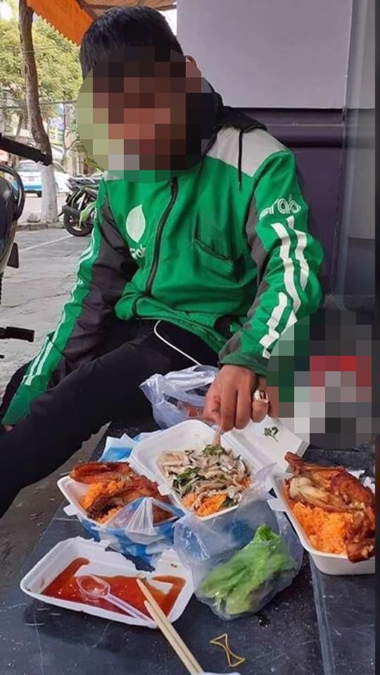 Ngồi ăn 3 phần cơm gà giá 150.000 đồng, anh tài xế Grab miệng cười mà lòng đắng ngắt vì lý do này - Ảnh 2.