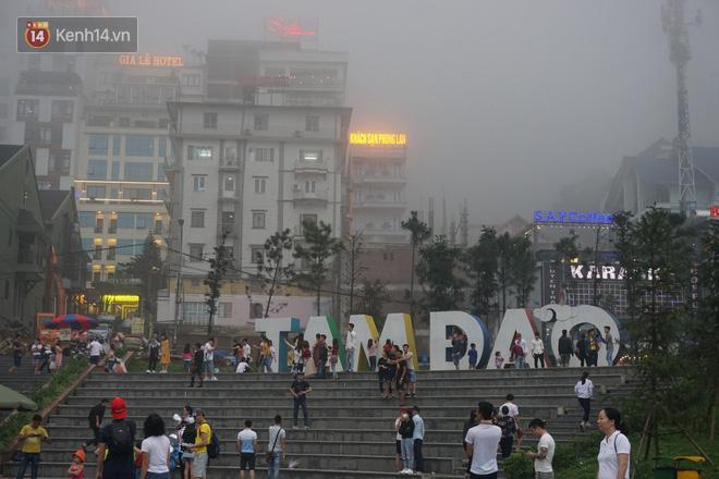 Thị trấn Tam Đảo chìm trong màn sương dịp lễ Giỗ tổ, nhiều du khách thích thú chụp ảnh - Ảnh 3.