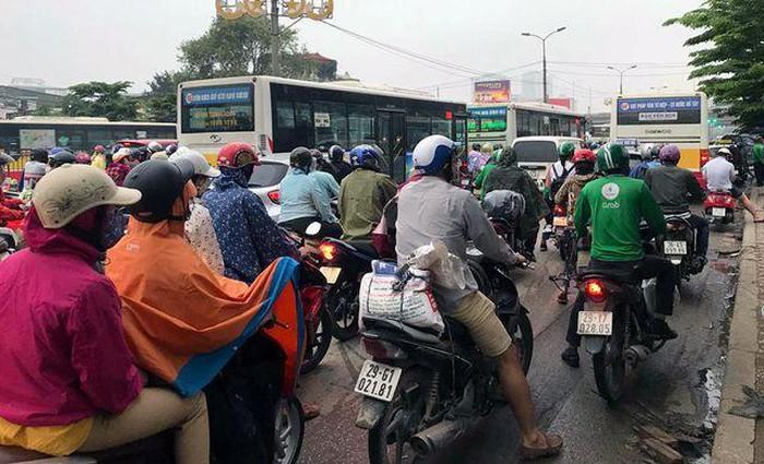 Chen chúc đội mưa đổ về Hà Nội cuối ngày nghỉ lễ