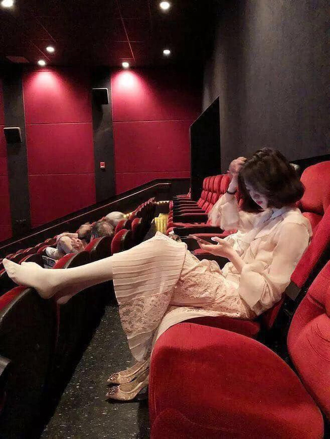 Gái xinh đi xem phim tháo cả giày gác chân lên ghế trước, dân mạng người ném đá kẻ bênh: Đẹp auto không có lỗi? - Ảnh 1.