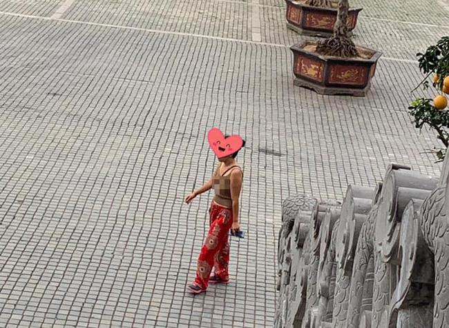 Vào chùa bái Phật nhưng mặc áo hai dây, thả rông vòng 1, chị gái bị dân mạng chỉ trích gay gắt - Ảnh 2.