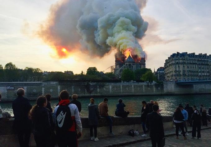 Ảnh 5: Nhà thờ Đức Bà Paris cháy lớn