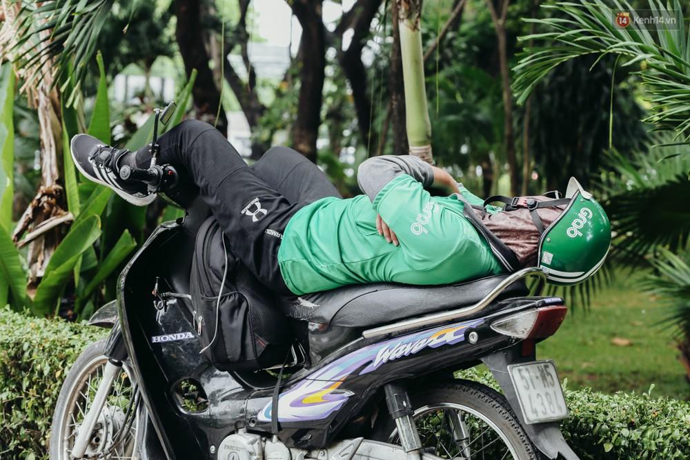 Người Sài Gòn nằm la liệt dưới bóng cây trên phố Nguyễn Huệ để trốn cái nóng hầm hập gần 40 độ C - Ảnh 7.