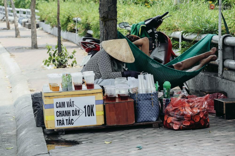 Người Sài Gòn nằm la liệt dưới bóng cây trên phố Nguyễn Huệ để trốn cái nóng hầm hập gần 40 độ C - Ảnh 8.