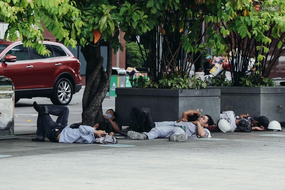 Người Sài Gòn nằm la liệt dưới bóng cây trên phố Nguyễn Huệ để trốn cái nóng hầm hập gần 40 độ C - Ảnh 6.
