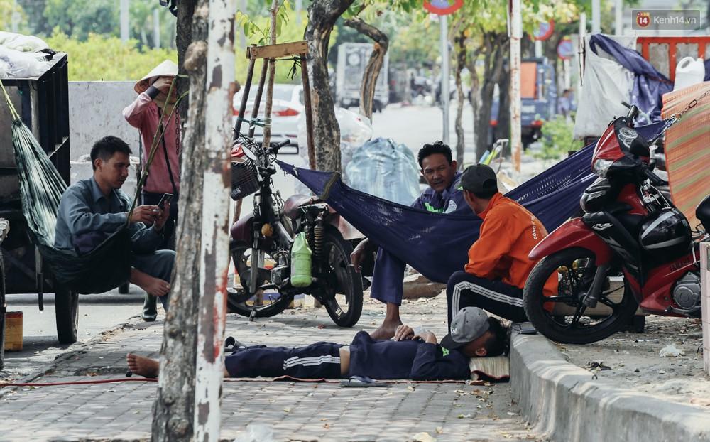 Người Sài Gòn nằm la liệt dưới bóng cây trên phố Nguyễn Huệ để trốn cái nóng hầm hập gần 40 độ C - Ảnh 4.