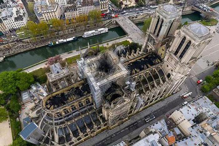 Hình ảnh Nhà thờ Đức Bà Paris trơ trụi nhìn từ trên không