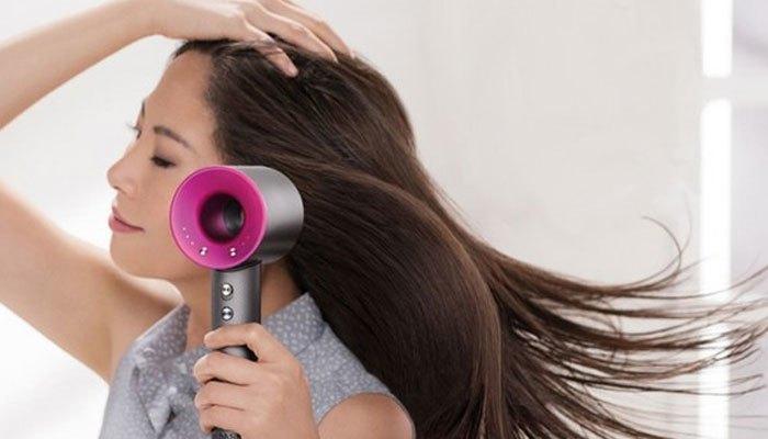Khi sấy tóc, bạn nên sấy phần mái trước và khi đã khô thì hãy sấy các phần còn lại