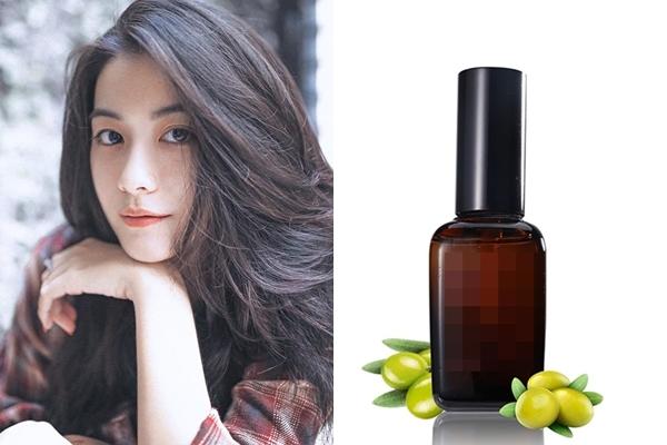 Nếu mái tóc của bạn quá khô, hãy bôi một ít dầu dưỡng lên tóc trước khi gội đầu