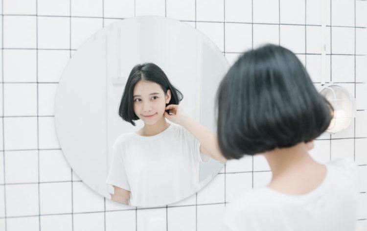 Sử dụng quá nhiều dầu gội đầu sẽ làm bong lớp dầu tự nhiên trên da đầu