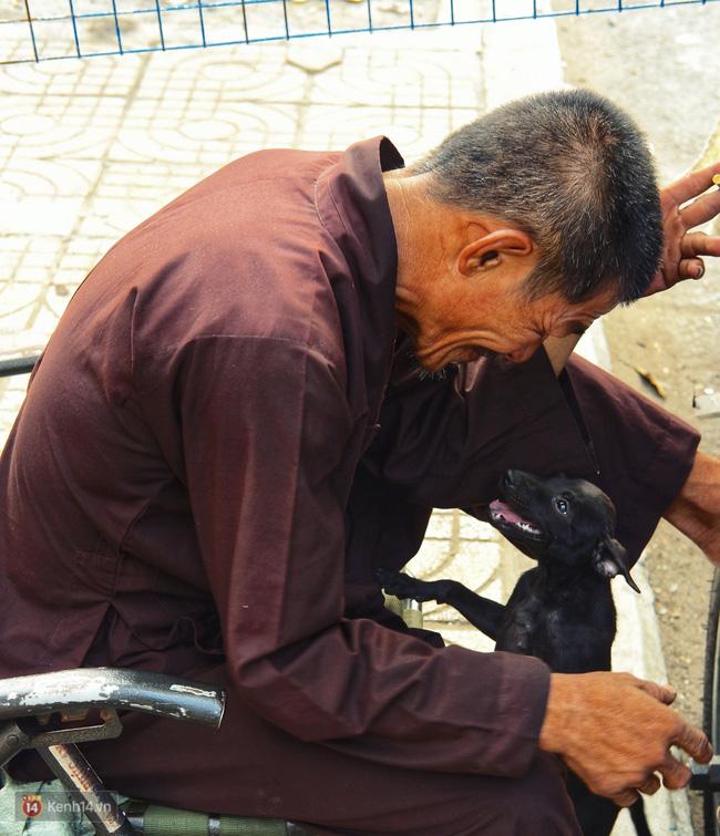 Tấm bảng Chó là bạn, không phải thứ ăn của người đàn ông 20 năm bầu bạn với những chú chó ngoài đường phố Sài Gòn - Ảnh 4.