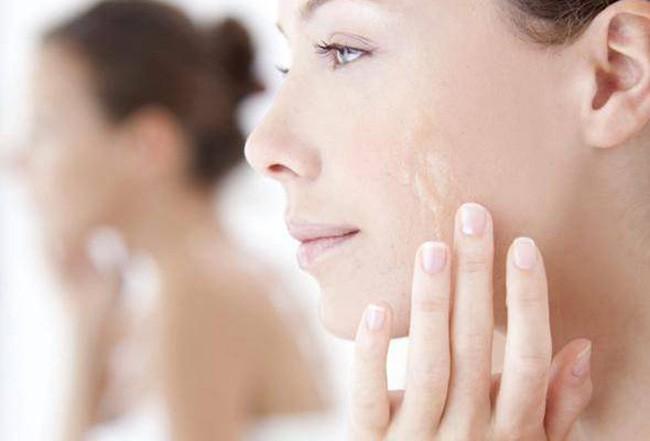 4 cách giữ lớp trang điểm mịn mướt cả ngày dài, giúp chị em tự tin tỏa sáng dưới nắng hè - Ảnh 2.