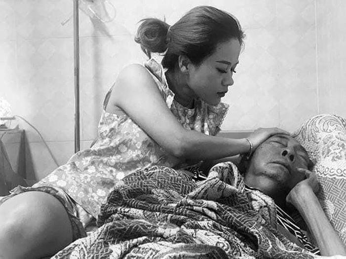 Nghệ sĩ Lê Bình thích con gái bóp hai chân đã liệt khiến fan rơi nước mắt