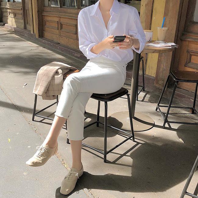 Không gì thanh lịch và tươi mát hơn một set đồ white-on-white, vì vậy bạn sẽ không thể bỏ qua 15 gợi ý xinh hết biết này - Ảnh 11.